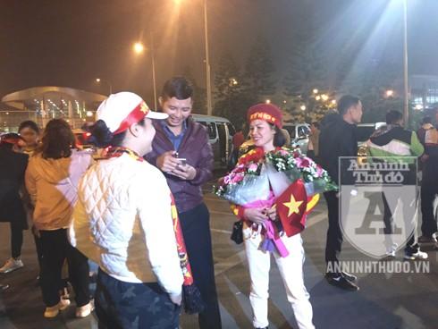 Mẹ cầu thủ Nguyễn Quang Hải đã có mặt tại sân bay. Ảnh: Mỹ Linh