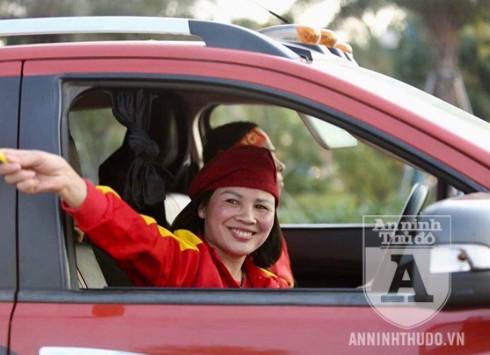 Mẹ của cầu thủ Quang Hải, bà Dương Thị Cúc đến sân bay đón con từ rất sớm. Ảnh: Phi Điệp