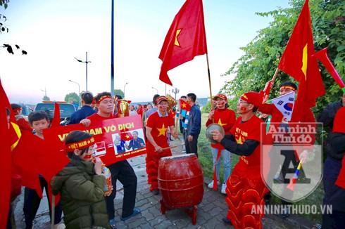 Khu vực đường dẫn vào sân bay Nội Bài nhiều cổ động viên đã có mặt với cờ trống hết sức náo nhiệt. Ảnh: Lam Thanh