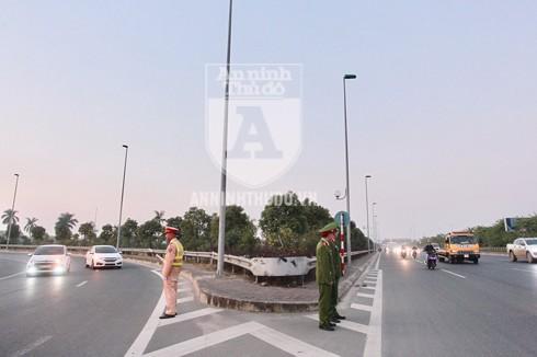 Tại chốt ngã 3 đường 5 kéo dài đi Võ Nguyên Giáp, lực lượng CAH Đông Anh cùng Đội CSGT số 15 ứng trực đảm bảo TTATGT. Ảnh: Lam Thanh