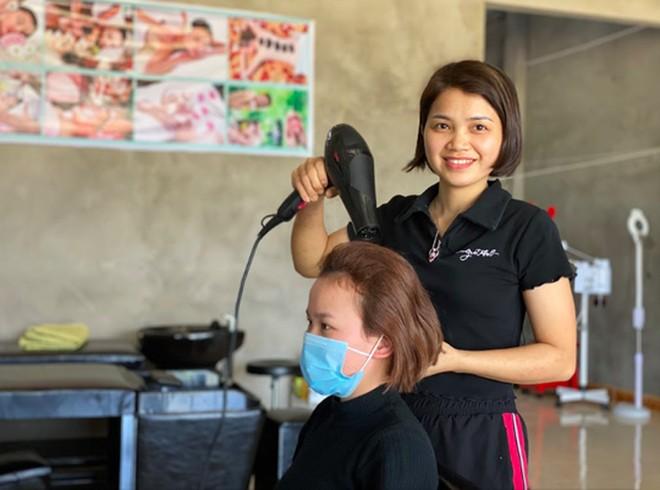 """Trao chứng chỉ khoá học nghề tóc """"Làm đẹp để sống – Sống để làm đẹp"""" cho phụ nữ khó khăn ảnh 1"""