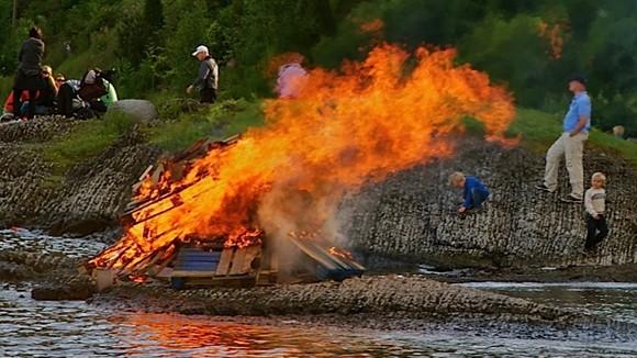 Xe tải bốc cháy trong hầm đường bộ ảnh 1