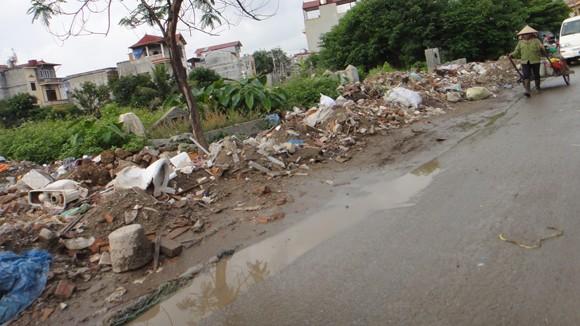 Cổng trường thành bãi rác ảnh 1