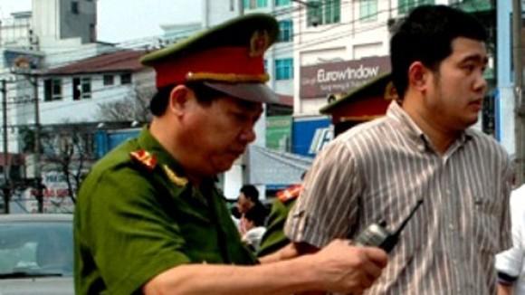 Sẽ xử lý nghiêm nhân viên cục lãnh sự - Bộ Ngoại giao lao xe vào CSGT ảnh 1