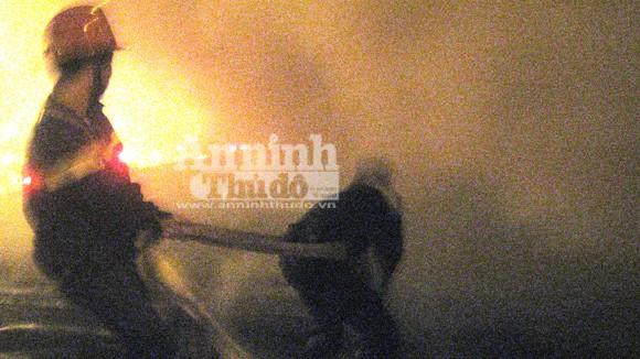 Cháy lớn tại kho hàng tiếp giáp với cảng Hà Nội ảnh 1