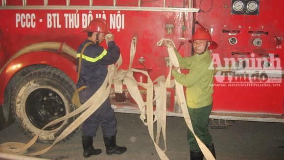 Cháy lớn tại kho hàng tiếp giáp với cảng Hà Nội ảnh 7