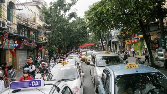 Hà Nội khủng hoảng thừa taxi ảnh 1