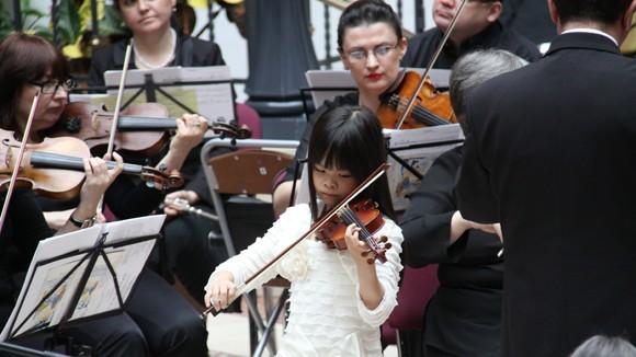 Tài năng âm nhạc 8 tuổi người Việt tại Nga ảnh 1