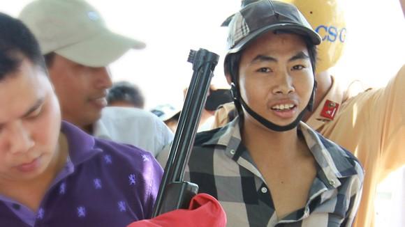 Vác súng đi bán giữa Thủ đô ảnh 1