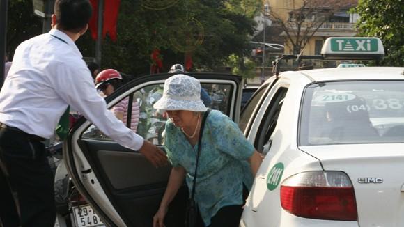Hạn chế phương tiện cá nhân: Taxi lo bị bỏ quên ảnh 1
