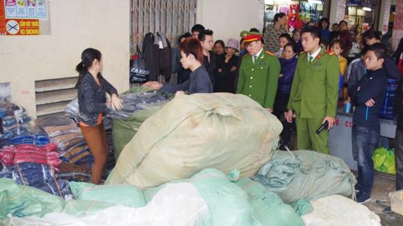 Thu giữ 6 tấn quần áo chưa có chủ ảnh 1