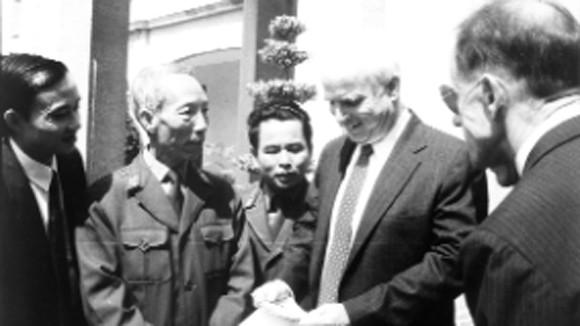 John McCain và chiếc mũ mang thông điệp hoà bình ảnh 1