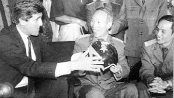 John McCain và chiếc mũ mang thông điệp hoà bình ảnh 2