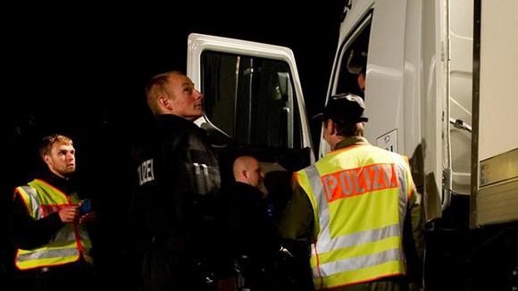 Europol phá mạng lưới buôn người quy mô lớn ảnh 1