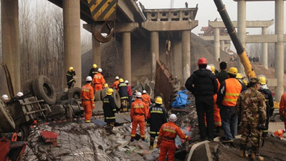 Sập cầu ở Trung Quốc do nổ xe pháo hoa ảnh 1