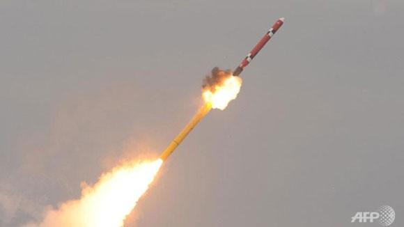 """Hàn Quốc """"khoe"""" tên lửa mới đối phó Triều Tiên ảnh 1"""