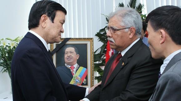 Chủ tịch nước Trương Tấn Sang viếng Tổng thống Hugo Chavez ảnh 1