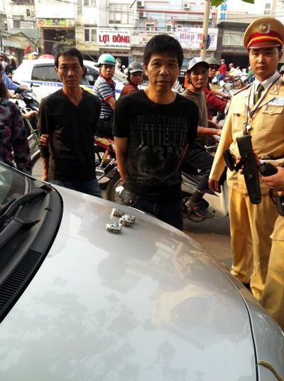 CSGT bắt quả tang kẻ trộm logo ô tô ảnh 1