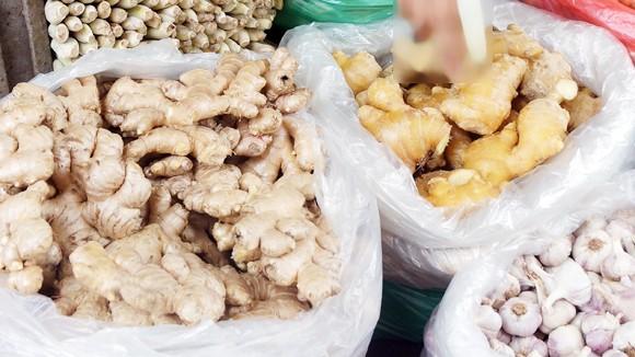 Gừng không rõ nguồn gốc được bán ở chợ Thành Công B (Hà Nội) có kích thước to gấp nhiều lần so với gừng Việt Nam