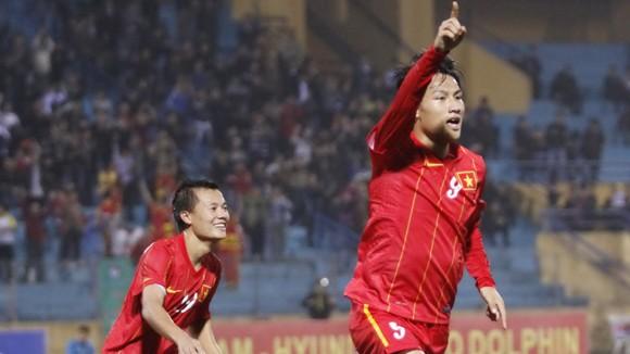 Cả Thành Lương lẫn Mạc Hồng Quân đều hy vọng ghi bàn vào lưới Arsenal Ảnh: QUANG THẮNG