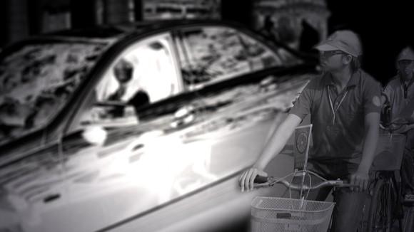 Sinh viên lái xe tiền tỉ đến trường ảnh 1