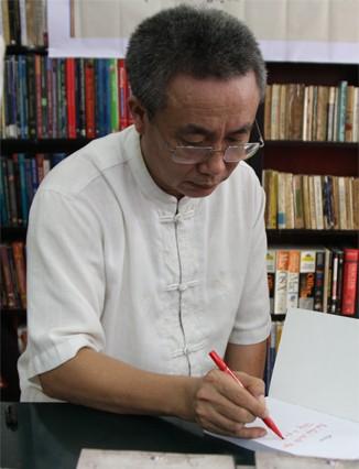 Nhà văn Nguyễn Quang Lập và góc thờ Biển Đông ảnh 1