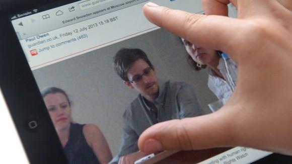 """Snowden còn nhiều tài liệu làm """"nổ tung"""" nước Mỹ ảnh 1"""