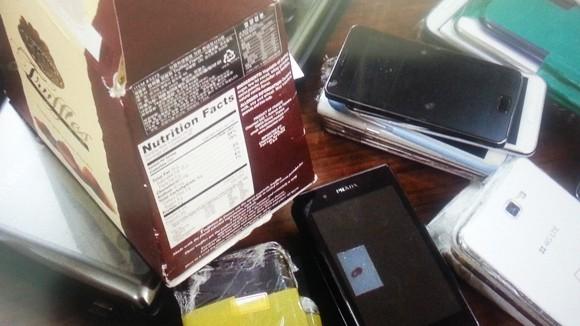 Buôn lậu điện thoại di động qua đường hàng không ảnh 1