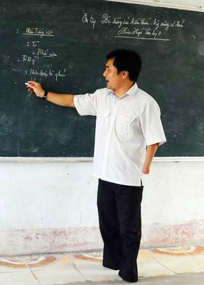 Thầy giáo khuyết tật được yêu thích nhất ảnh 2