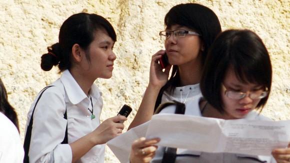 Thận trọng khi cho trẻ dùng điện thoại ảnh 1