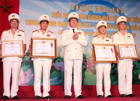 Lãnh đạo CATP Hà Nội đón nhận các phần thưởng cao quý ảnh 2