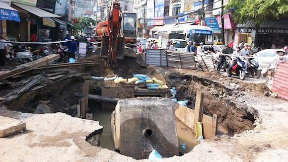 Vỡ đường ống, 4 phường mất nước sạch ảnh 1
