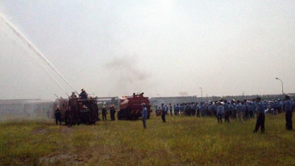 Gần 300 người diễn tập chữa cháy kho hàng lớn ảnh 1