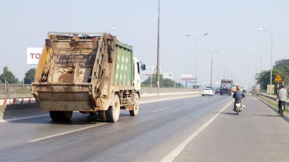 """Ghi hình, phạt """"nguội"""" xe rác gây ô nhiễm ảnh 1"""