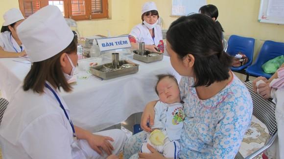 Ngày đầu tiêm chủng Quinvaxem trở lại tại Hà Nội: Trách nhiệm và thận trọng ảnh 1