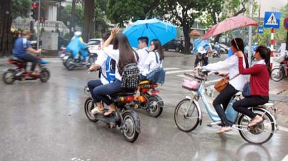 Chấn chỉnh việc học sinh đi xe đạp điện vi phạm Luật Giao thông ảnh 1