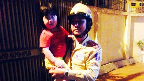 CSGT tìm gia đình cho cháu bé 3 tuổi bị lạc ảnh 1