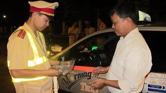 Quyết liệt xử lý taxi vi phạm ban đêm ảnh 1