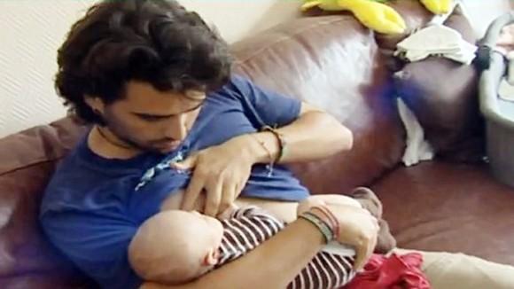 Kỳ tích nuôi con bằng sữa cha ảnh 1