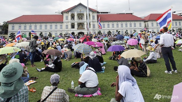 Người biểu tình xông vào trụ sở quân đội Hoàng gia Thái Lan ảnh 1