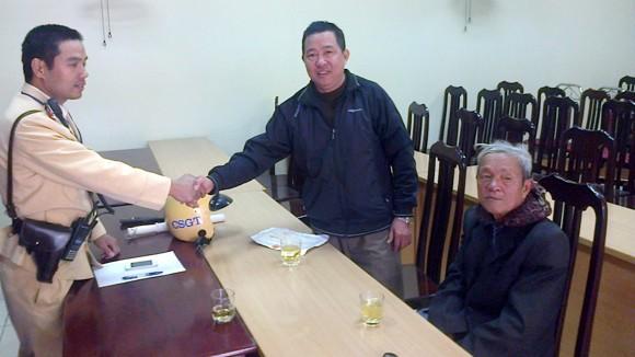 CSGT giúp cụ ông 86 tuổi bị lạc về nhà ảnh 1