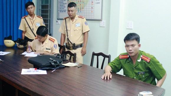 Giả cán bộ kiểm tra... cảnh sát giao thông ảnh 1