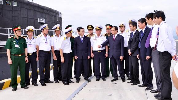 Bí thư Thành ủy Phạm Quang Nghị thăm tàu ngầm Hà Nội ảnh 1