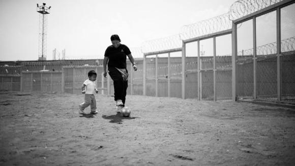 Những đứa trẻ lớn lên cùng người mẹ sau song sắt trại giam ảnh 1