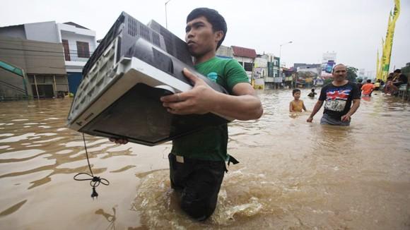 Indonesia chìm trong biển nước ảnh 1