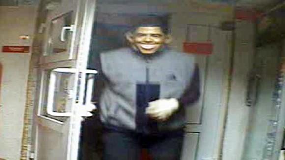 Mang mặt nạ Tổng thống Mỹ đi cướp ảnh 1