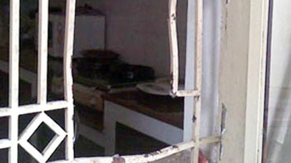 Trộm đột nhập dùng đèn khò phá cửa ảnh 1