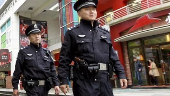 Cảnh sát Thượng Hải được mang súng đi tuần tra ảnh 1