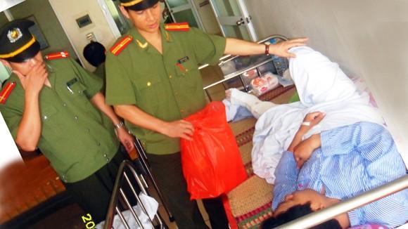 Thăm hỏi chiến sỹ CSCĐ bị thương khi làm nhiệm vụ ảnh 1