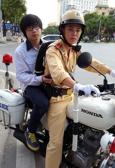 Cảnh sát giao thông đội nắng giúp thí sinh ảnh 1